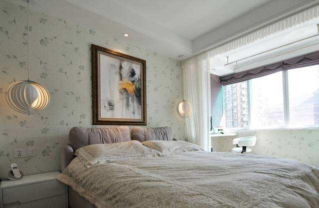 居家卧室床头挂什么风水画好.jpg