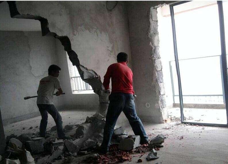 砸墙需要这几个步骤,小心别乱砸砸塌了!.jpg